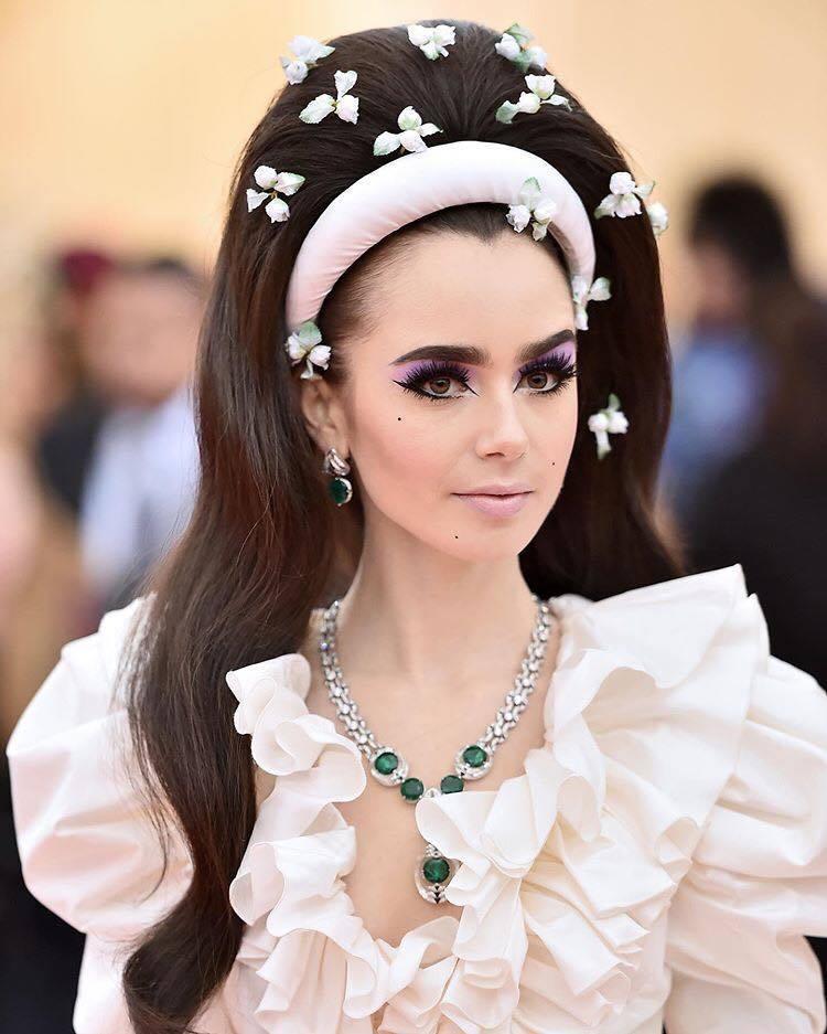 女星莉莉柯林斯配戴卡地亞全新Magnitude頂級珠寶項鍊、穿Giambatti...