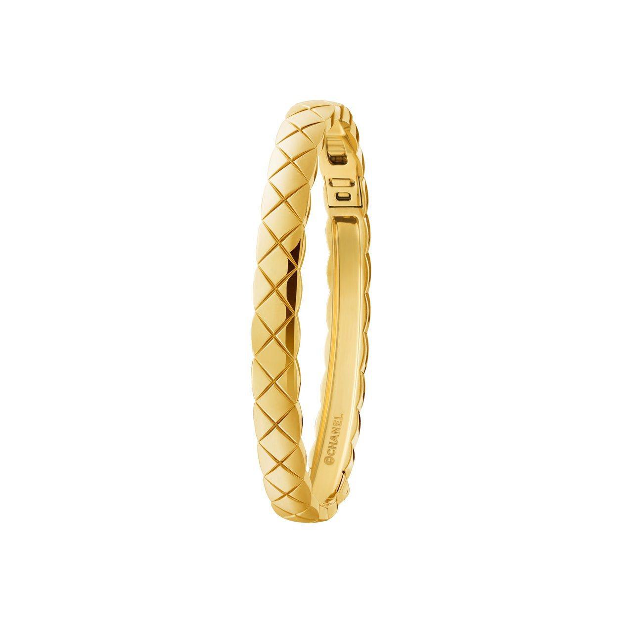 莉莉蘿絲戴普配戴的Coco Crush 18K黃金手環,22萬元。圖/香奈兒提供