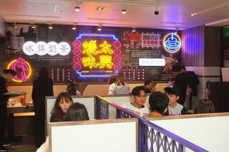 太興透過仿霓虹燈、馬賽克磚等元素,為店內帶來港式用餐氛圍。記者陳睿中/攝影