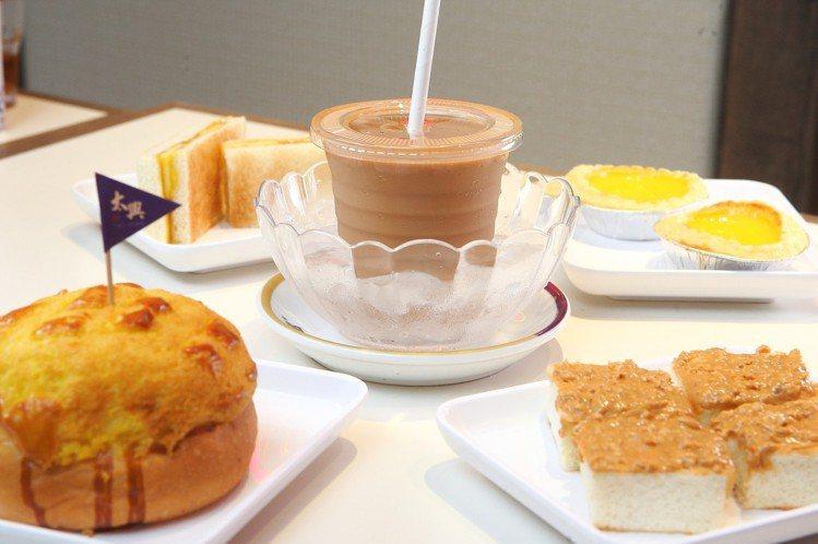 喜愛品嚐甜食的民眾,也有粗粒花生醬厚多士、自家製菠蘿包、太興蛋塔等多款小點可以選...