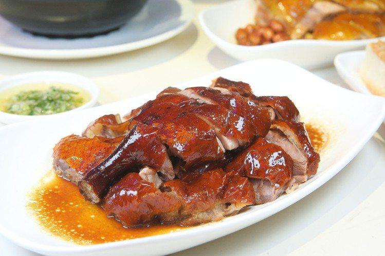 滿燻燒鵝(下牌帶腿),每份398元。記者陳睿中/攝影