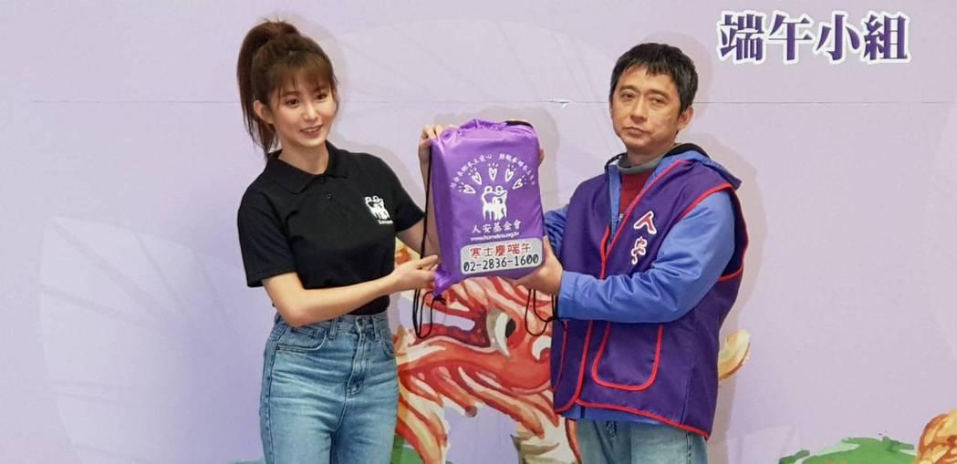 郭書瑤(左)出席公益活動關懷寒士。記者杜沛學/攝影