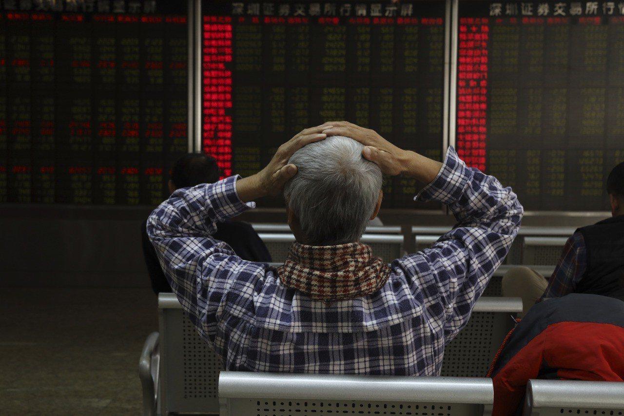 中國投資人6日急問:「到底怎麼了?」。美聯社