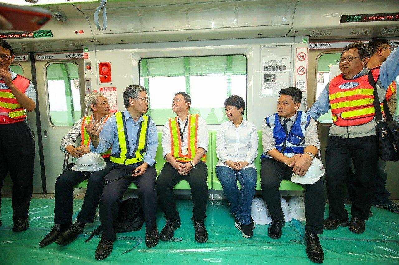 台中捷運綠線目前工程進度已達83.53%,市長盧秀燕(右三)昨天搭乘視察表示,1...