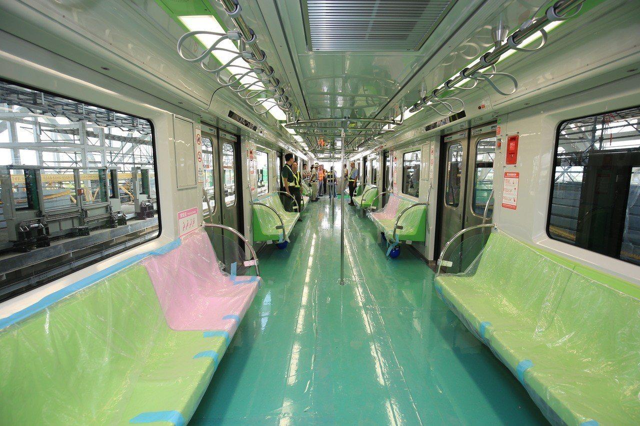 台中捷運綠線目前工程進度已達83.53%,市長盧秀燕昨天搭乘視察表示,109年底...