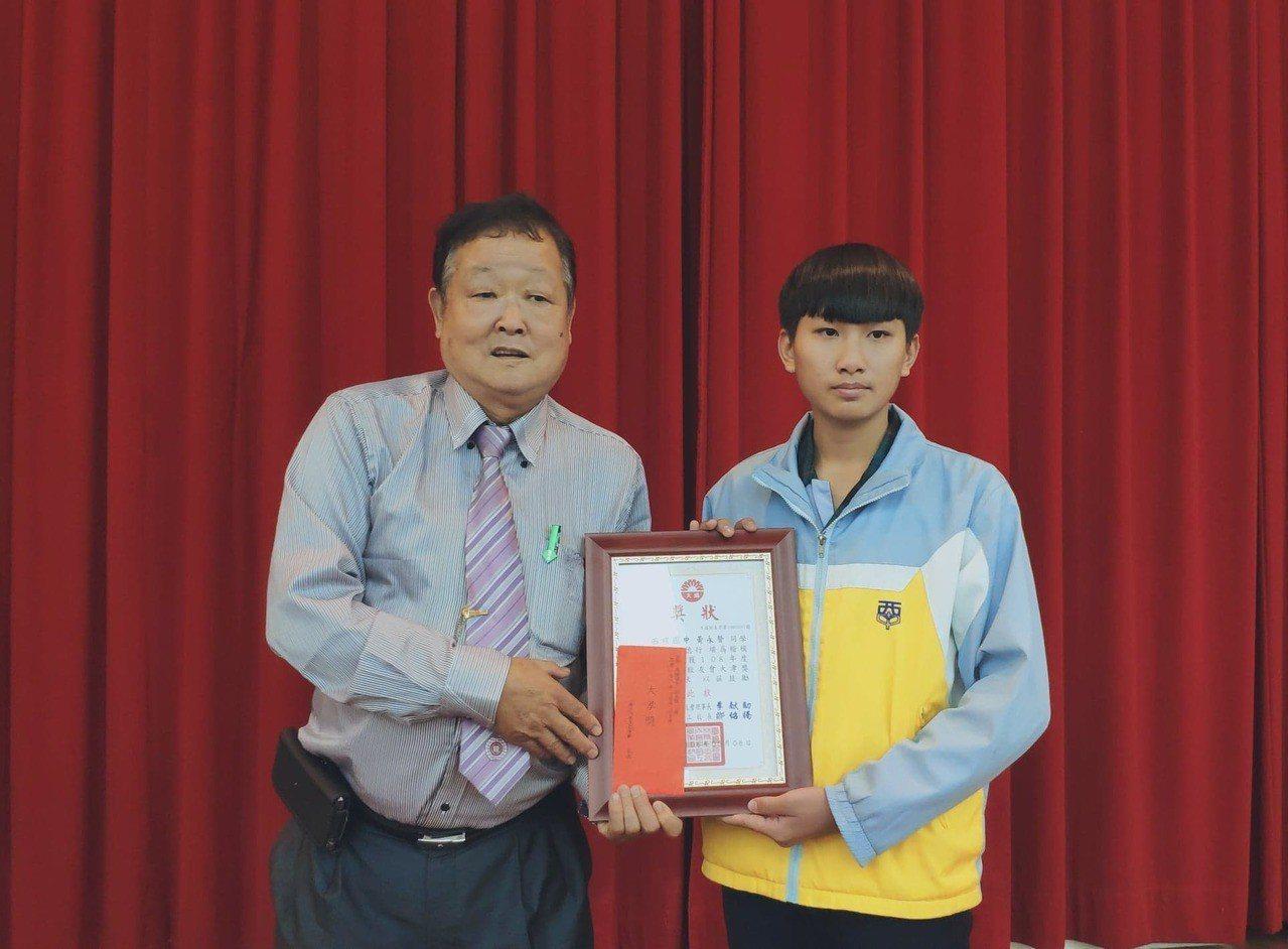 西螺國中學生黃永賢(右)從小協助祖父母務農。記者李京昇/攝影
