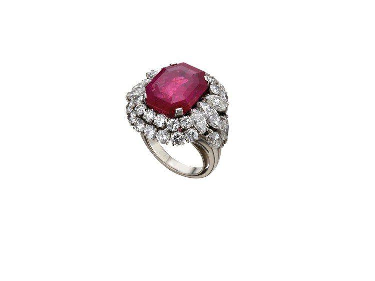 Naomi Campbell配戴寶格麗Heritage典藏系列鉑金紅寶石戒指。圖...