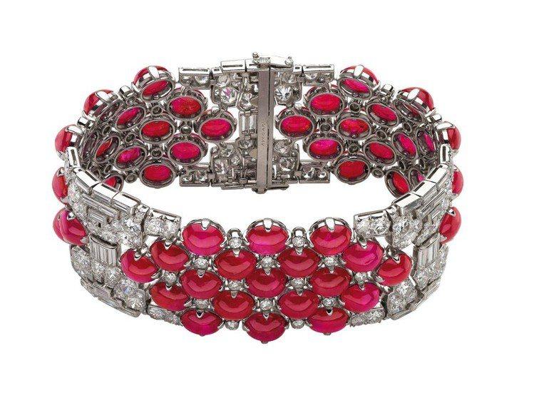 Naomi Campbell配戴寶格麗Heritage典藏系列鉑金紅寶石與鑽石手...