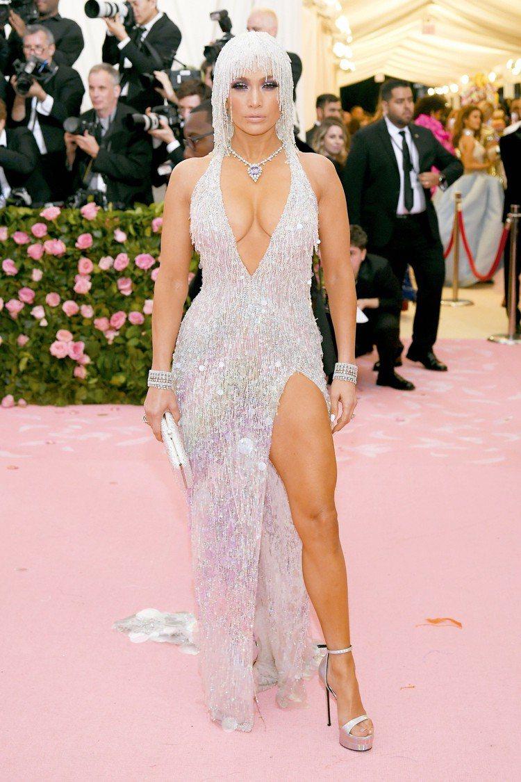 珍妮佛羅培茲的銀色流蘇裝頗有七〇年代的復古感,十分性感,胸前的海瑞溫斯頓紫色藍寶...