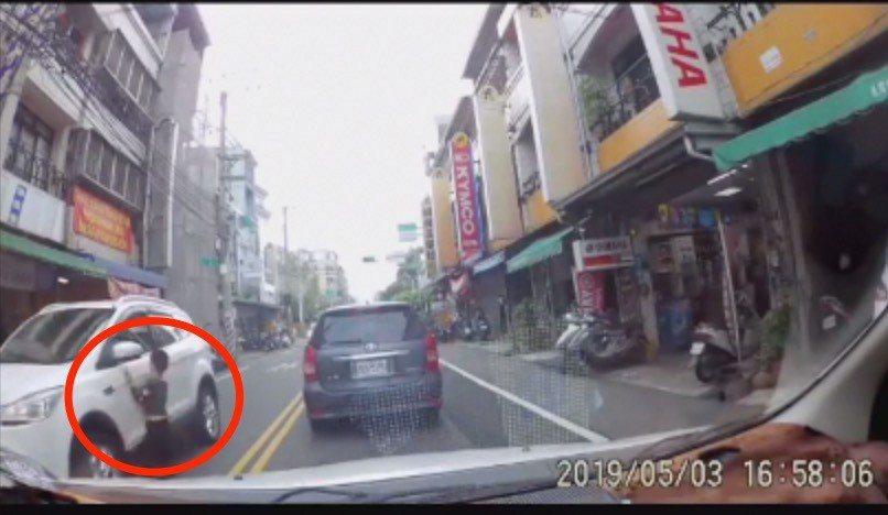 陳姓網友今天在臉書發布一段男童穿越道路險被撞上的行車記錄器,引發網友熱烈討論。圖...
