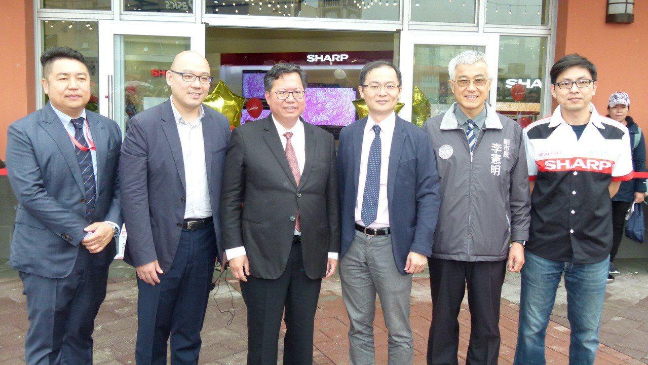 鄭文燦(左3)特地參觀SHARP旗艦店並和華泰執行長陳炯福(右3)市府團隊在店門...