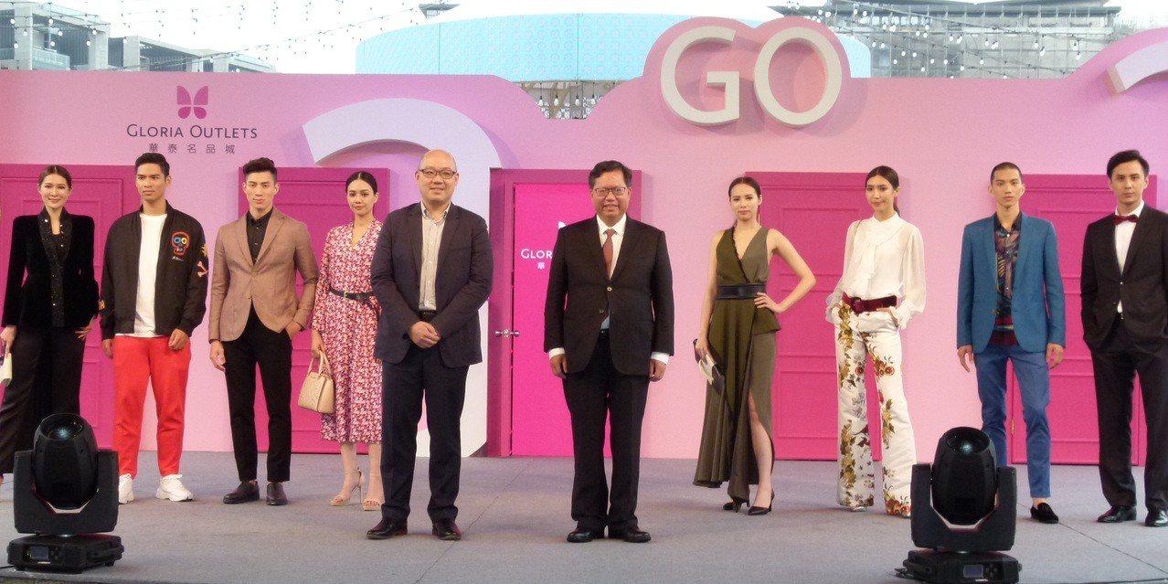 鄭文燦(前排中右)、陳炯福(中左)和模特兒在舞台「任意門」主持開幕活動。記者鄭國...