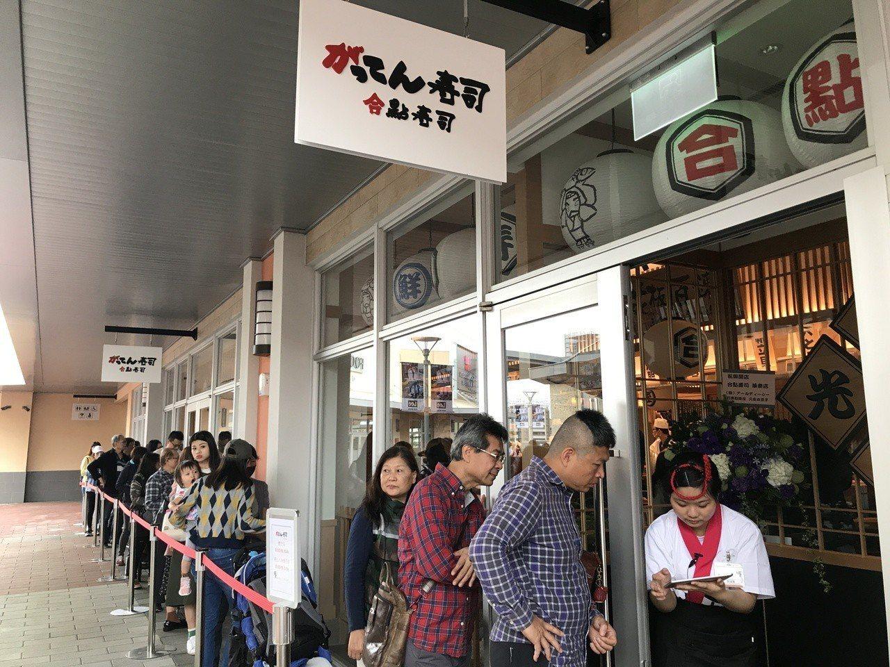 合點壽司店內外排隊人潮。記者江佩君/攝影