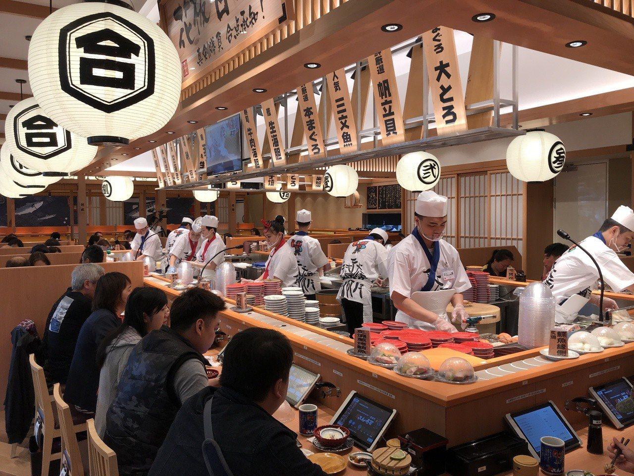 合點壽司店內滿座。記者江佩君/攝影