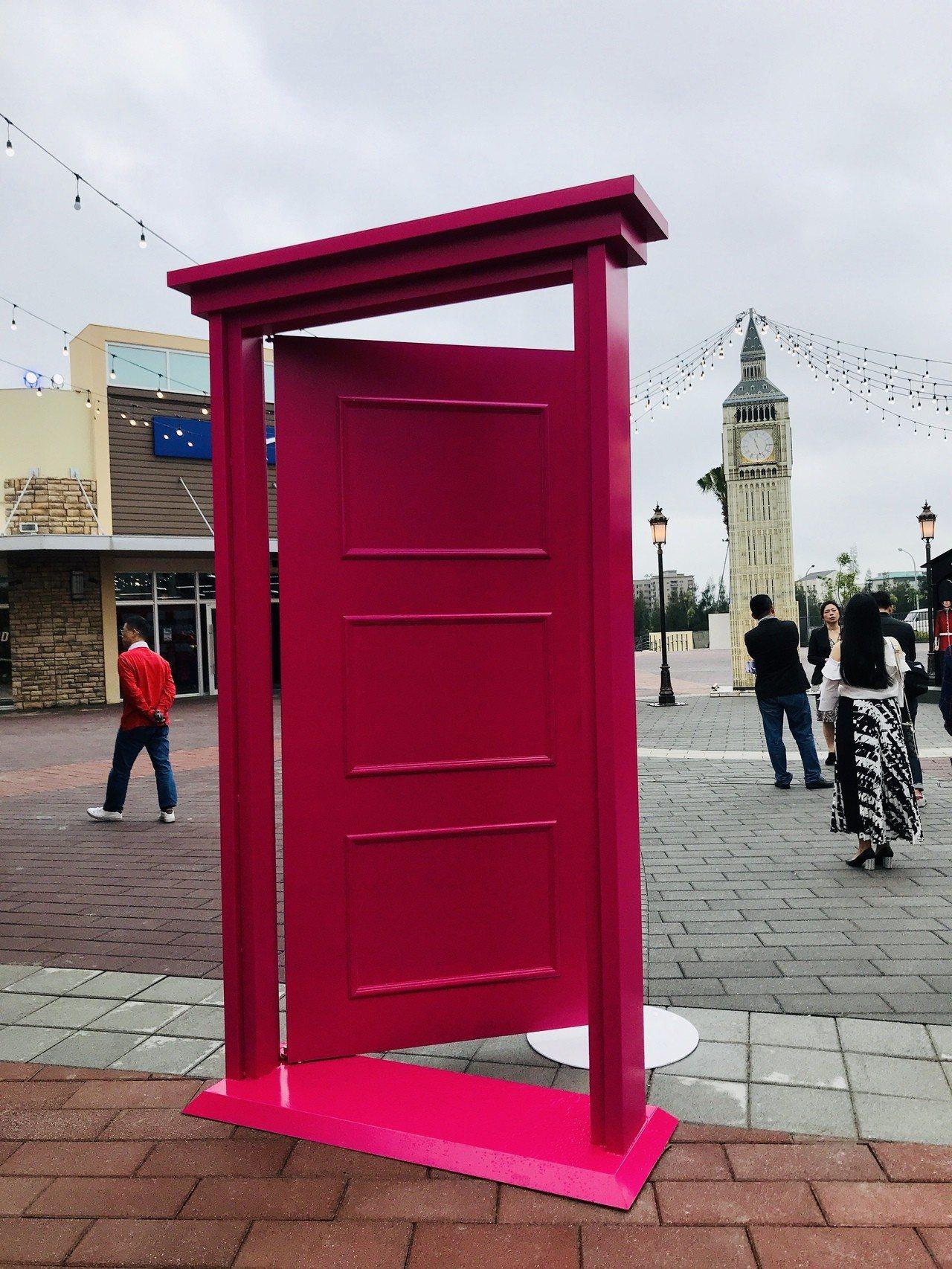 華泰名品城設計許多任意門裝置,代表消費者與國際品牌最近的距離。記者江佩君/攝影