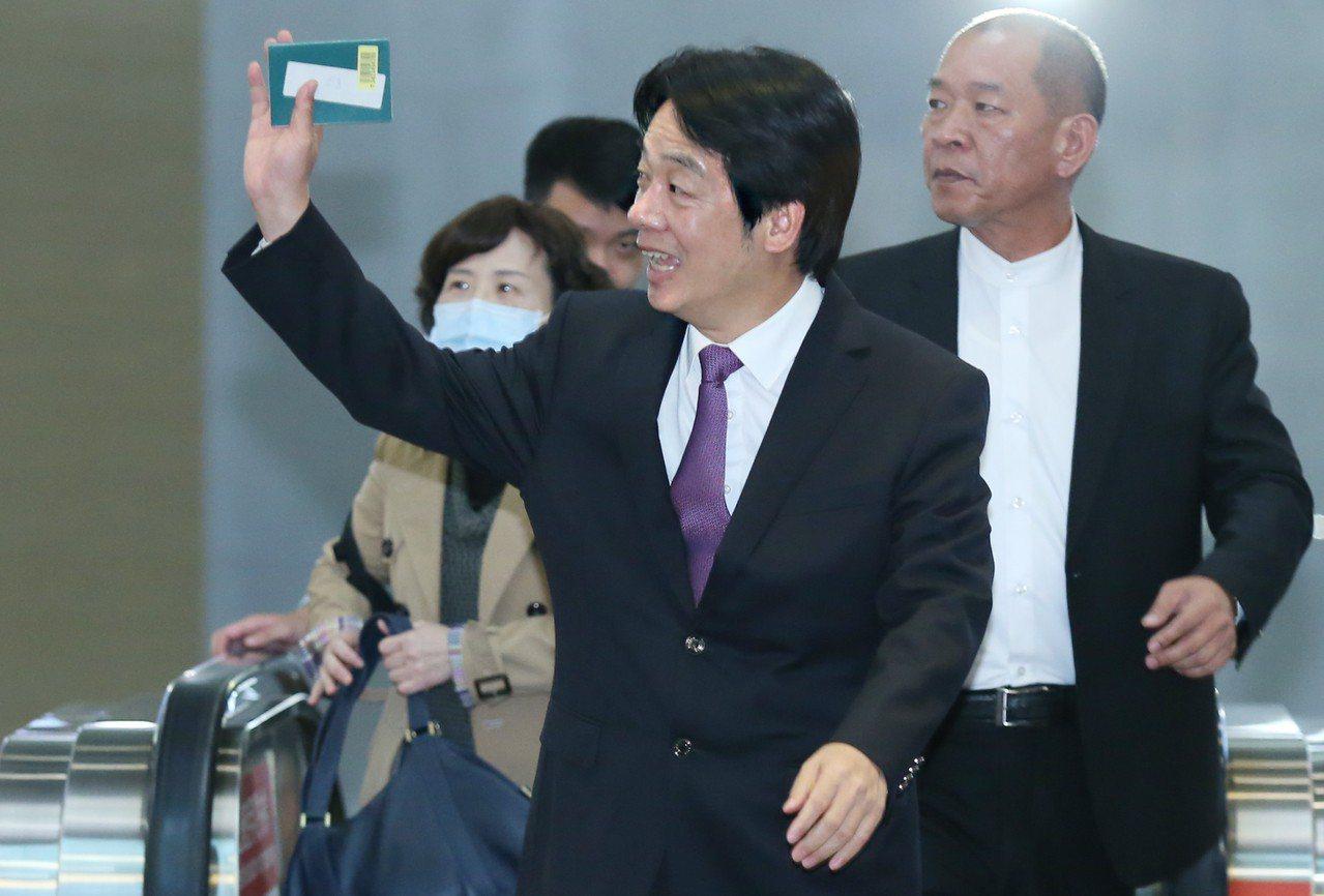 投入總統大選民進黨內初選的行政院前院長賴清德(中)8日啟程前往日本,進行為期5天...