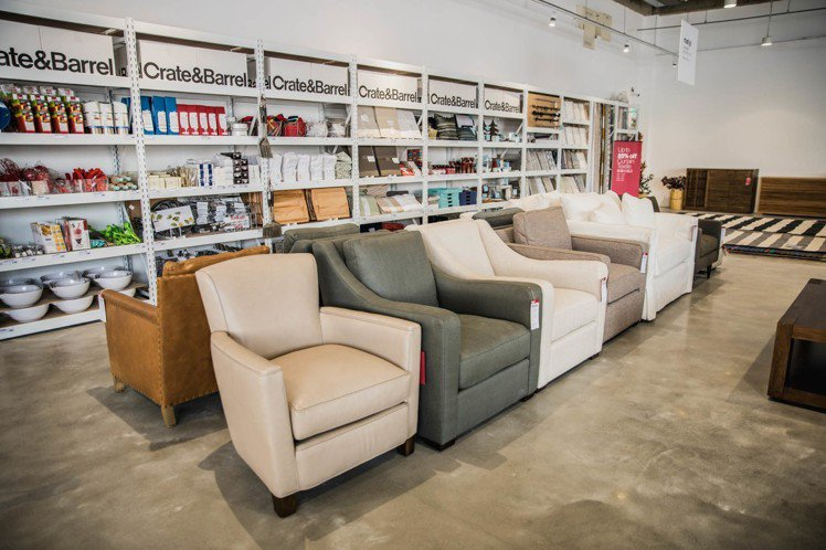 Crate and Barrel Outlet集結家具、家飾共超過400件商品。...