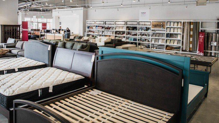 Crate and Barrel Outlet擁有近200坪的賣場空間,提供寬闊...