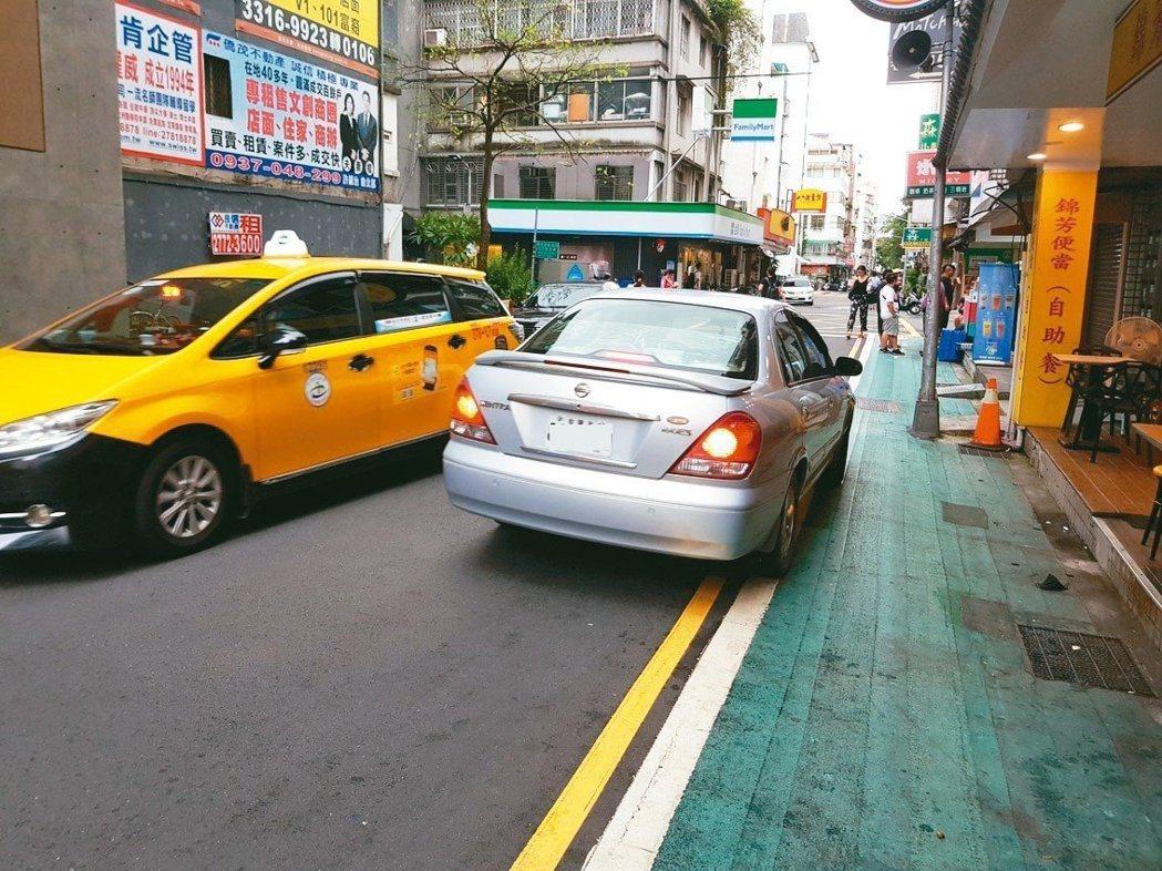 台北市105年到107年的十大肇事路口排名,民權東路6段、忠孝東路5段幾乎年年都...