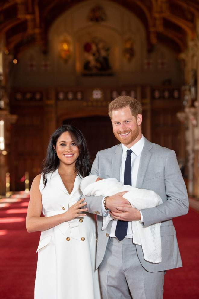 英國哈利王子夫婦8日抱著出生兩天的兒子亮相。 圖/取自英國獨立報