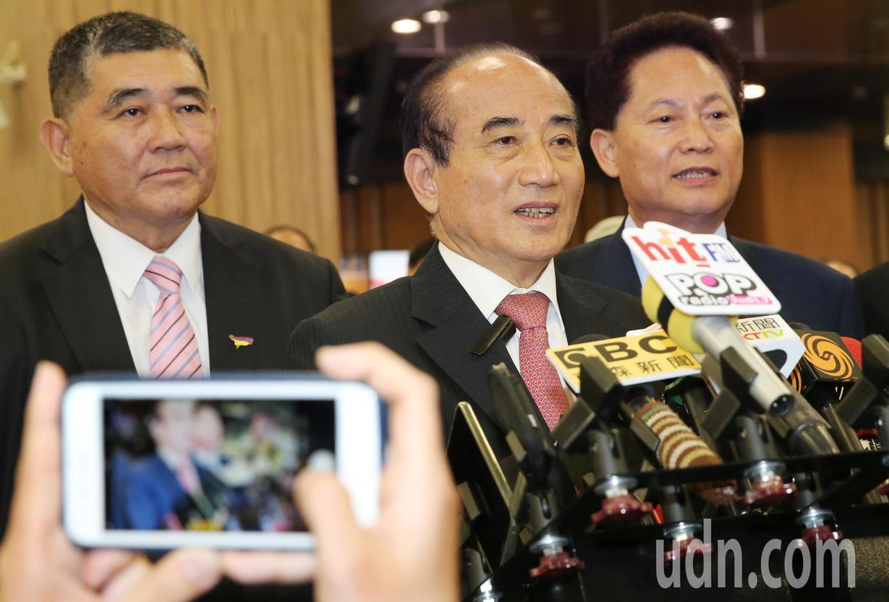 立法院前院長王金平(中),晚上搭機返台,在機場時重申表示「台獨」是不可行的。記者...