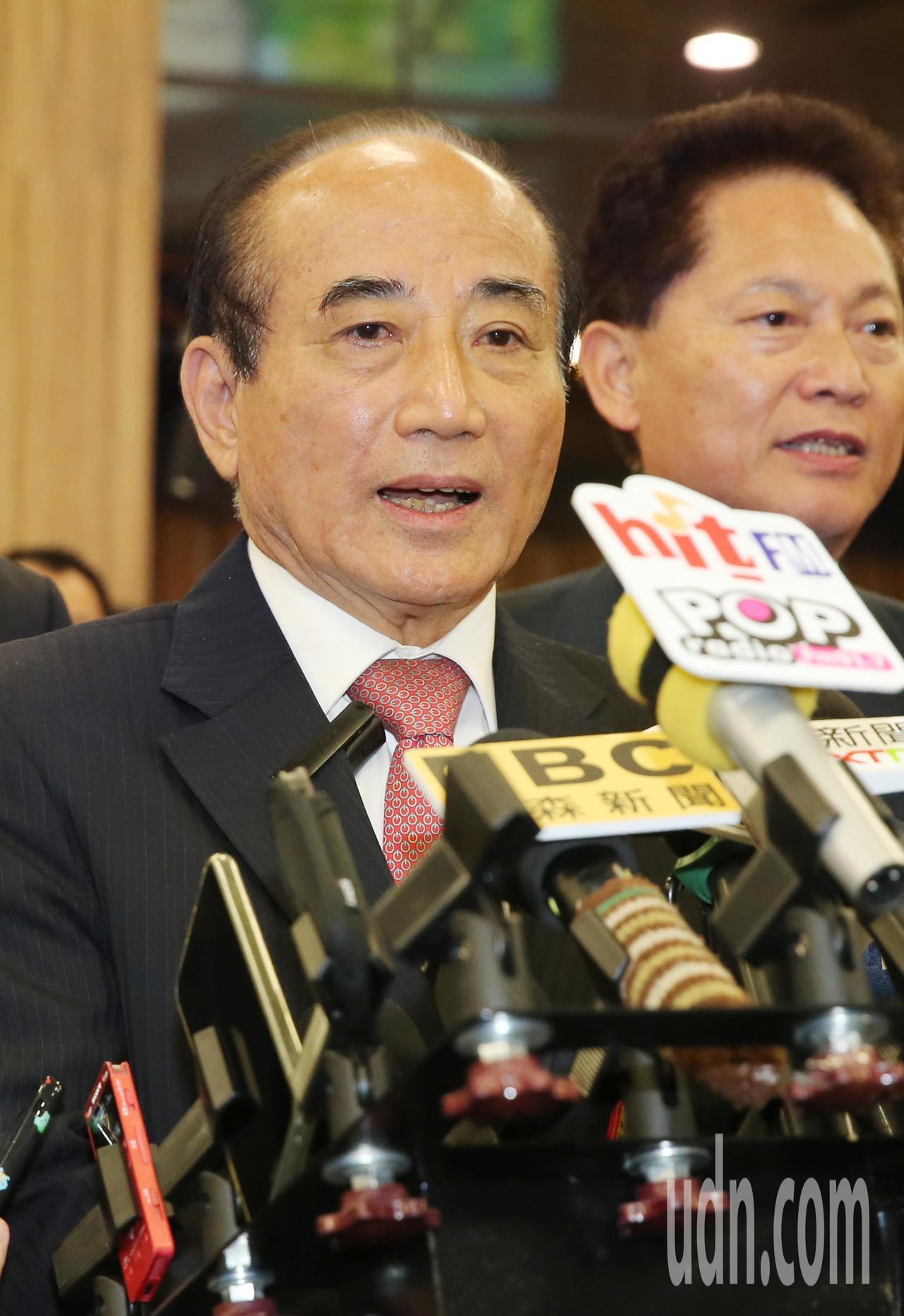 立法院前院長王金平(左)率團前往廈門等地進行「祭祖尋根之旅」,晚上搭機返回台北,...