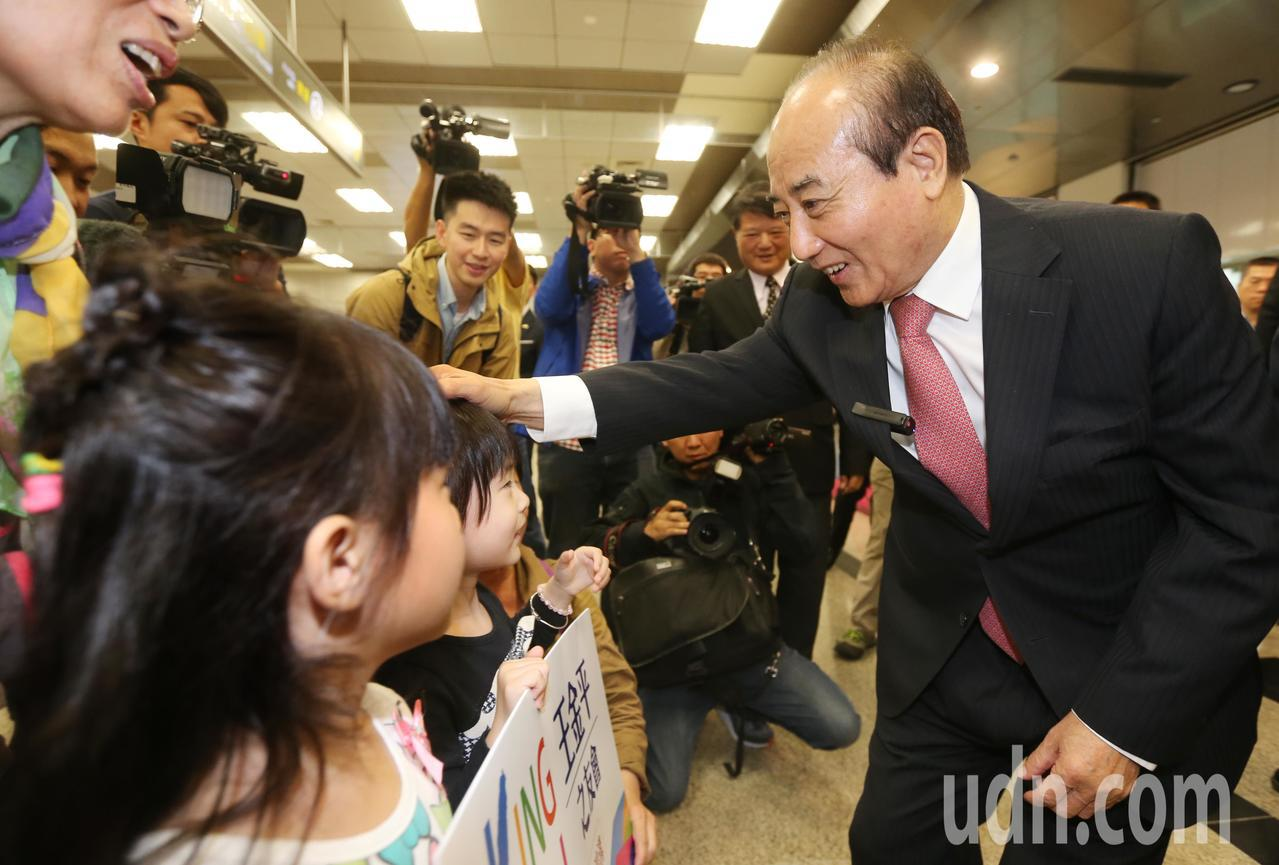立法院前院長王金平(右)率團前往廈門等地進行「祭祖尋根之旅」,晚上搭機返回台北,...