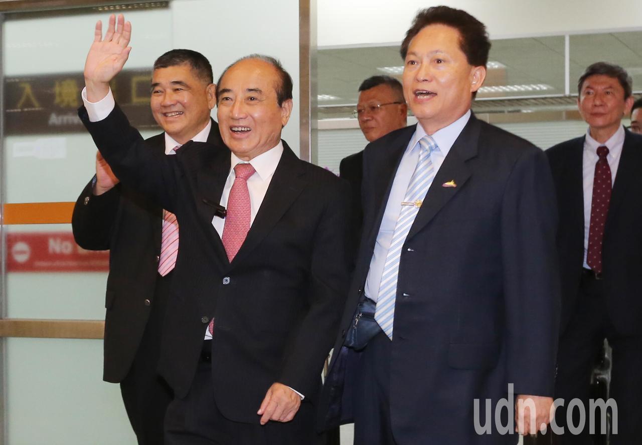 立法院前院長王金平(左二)率團前往廈門等地進行「祭祖尋根之旅」,晚上搭機返回台北...