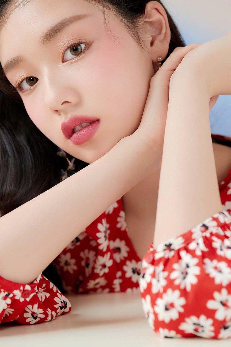 ETUDE HOUSE玩美色計絲絨唇膏「BE105粉土磚石」水蜜桃般的裸磚粉色,是大受韓妞喜愛的熱門色號。圖/ETUDE HOUSE提供