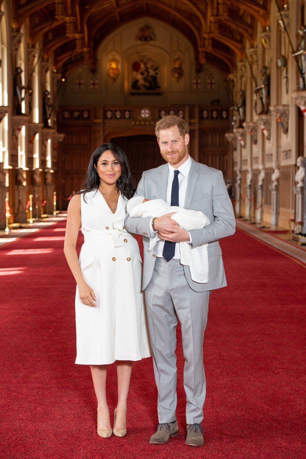 梅根、哈利與小寶寶第一次「一家三口」面對公眾。圖/歐新社