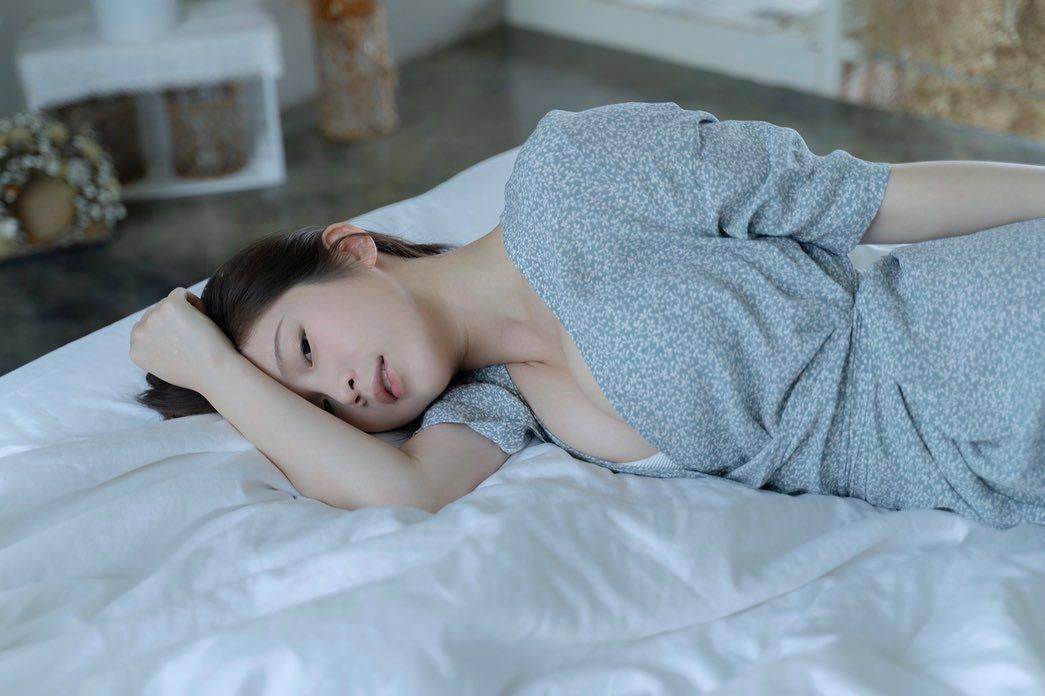 雞排妹在床上擺出撩人姿態。圖/摘自IG