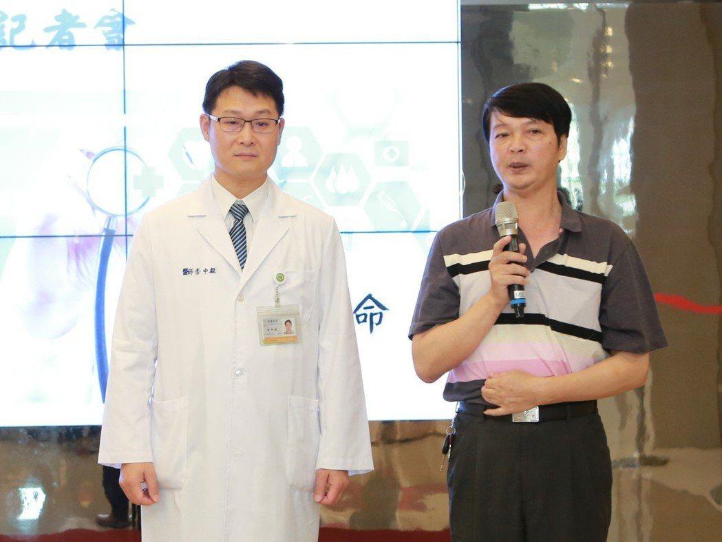 張姓男子(右)今天回到員基醫院,分享他罹患主動脈剝離一年後形成主動脈瘤的心情,及...