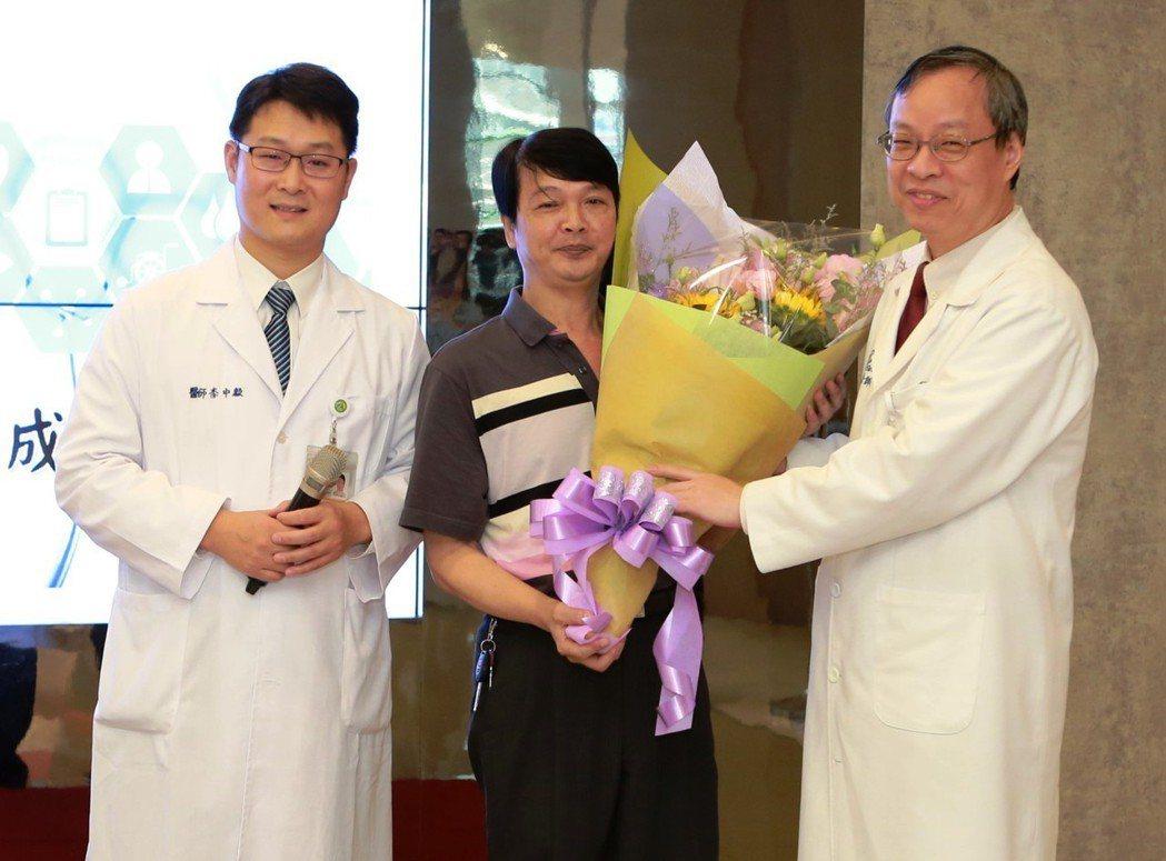 員基醫院院長李國維(右1)贈送花束,恭喜張姓男子恢復健康。記者何烱榮/攝影