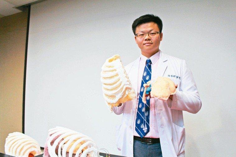 三總胸腔外科主治醫師林冠勳說,透過矽膠材質的肺葉切除手術訓練教具,有助模擬手術。...