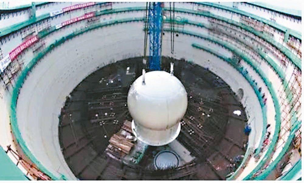 「華龍一號」示範工程福清5號機組安注箱,吊入核島。 圖/本報四川德陽傳真