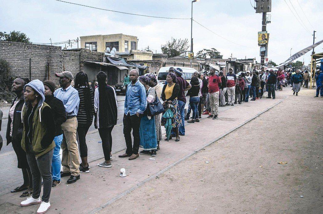 南非民眾八日在約翰尼斯堡排隊投票。 美聯社