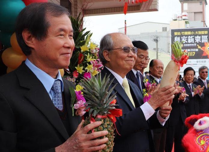 板信商業銀行董事長劉炳輝(左),被控向自家銀行貸款一點六億元,卻未依法揭露交易資...