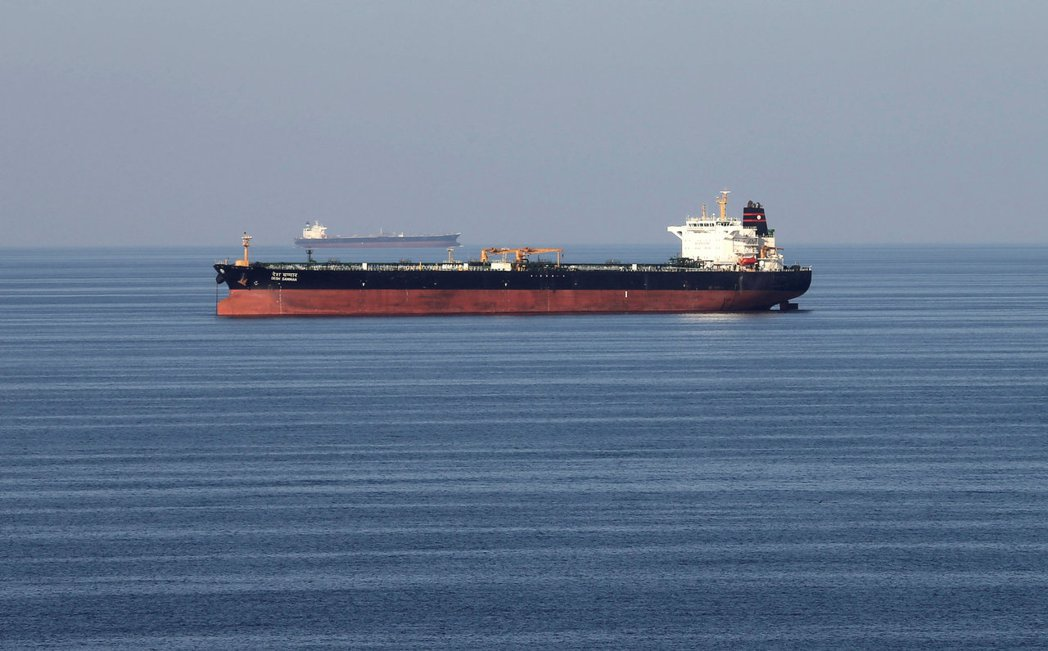 伊朗石油出口量已因美國制裁而減少逾半,圖為一艘通過荷莫茲海峽的油輪。 (路透)