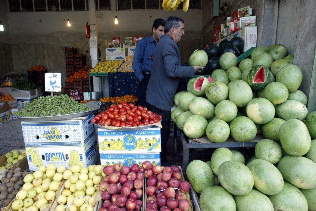 里亞爾的暴跌造成伊朗國內物價大幅上漲。 (法新社)