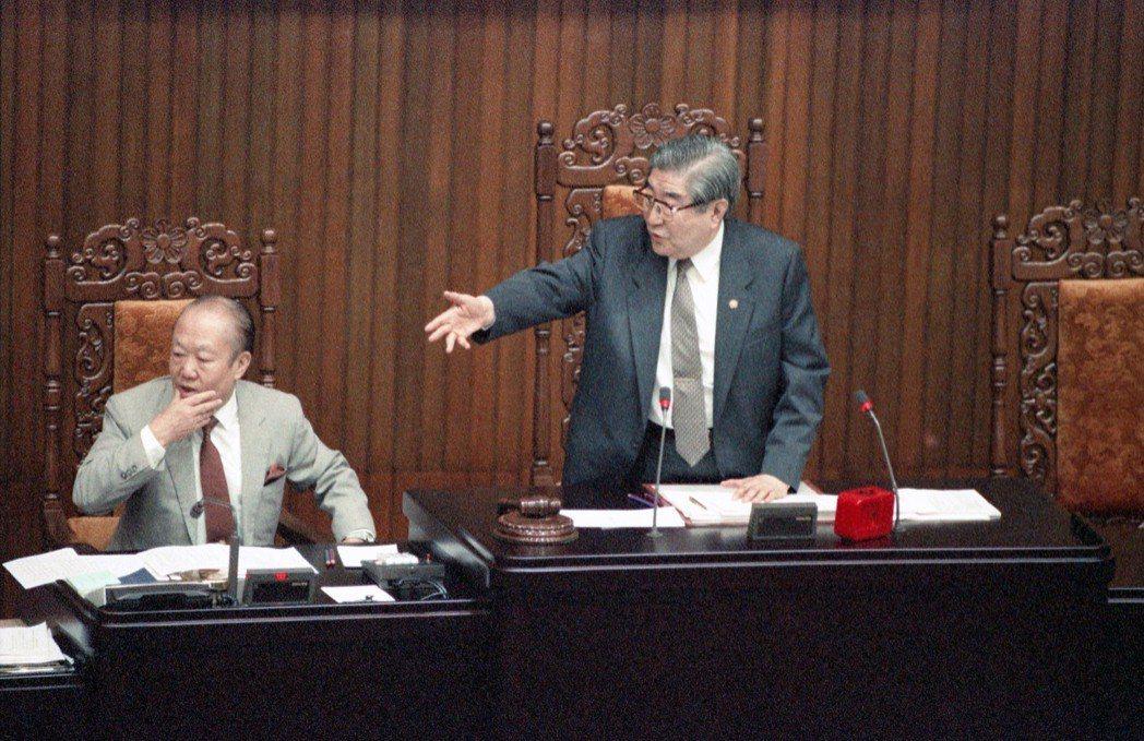圖右起為1990年時任立法院長梁肅戎、代秘書長胡濤。 圖/聯合報系資料照片