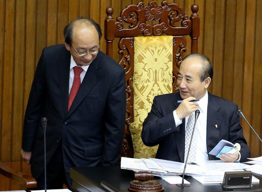 2014年,時任民進黨團總召柯建銘(左)與立法院長王金平(右)交換意見。 圖/聯...