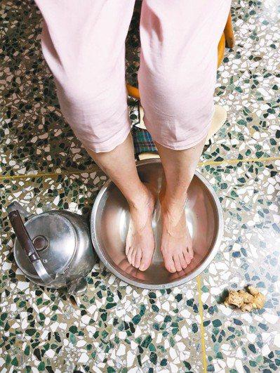有人建議我用老薑加水煮開後泡腳,還強調泡腳不是冬天的專利,一年四季天天都可泡腳。...
