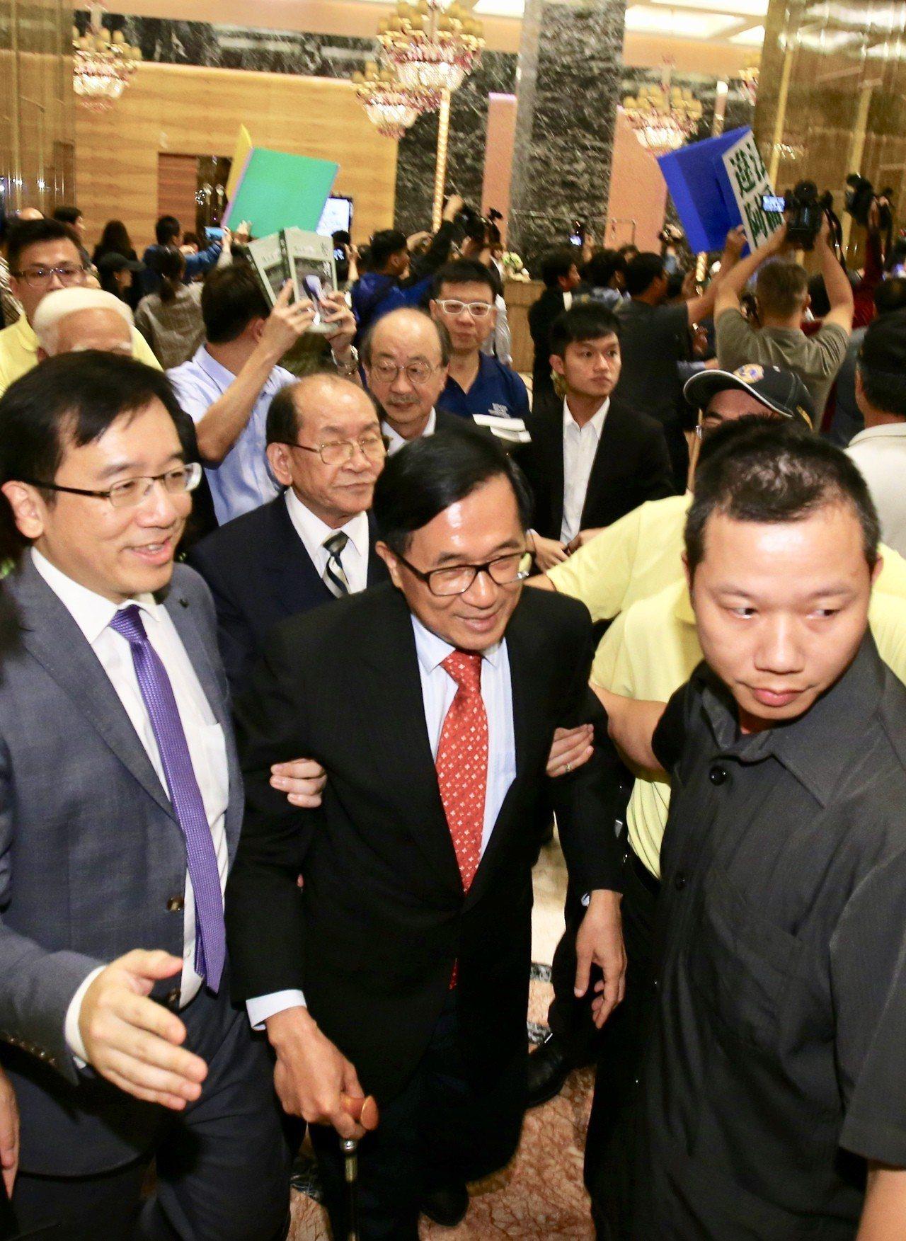 前總統陳水扁(前排中)晚上在台北參與餐會,統派團體成員衝進飯店抗議,和警方及支持...