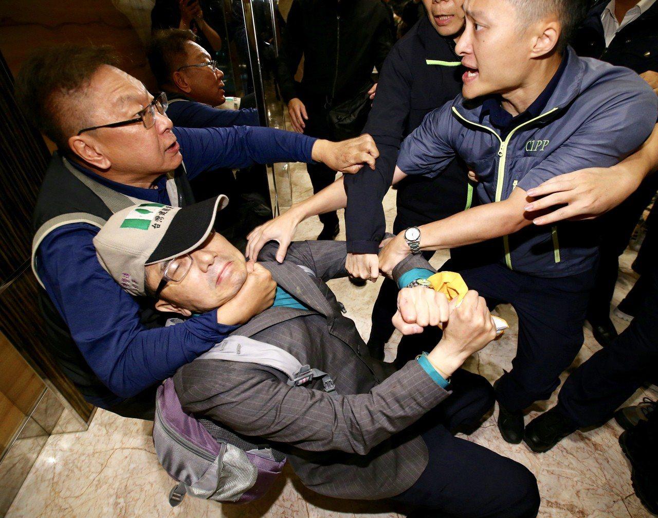 前總統陳水扁晚上在台北參與餐會,統派團體成員衝進飯店抗議,與支持者發生衝突。 記...