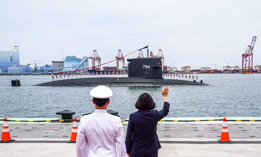 現役的荷蘭製「海虎」潛艦通過典禮前方接受蔡總統校閱。圖/海軍提供