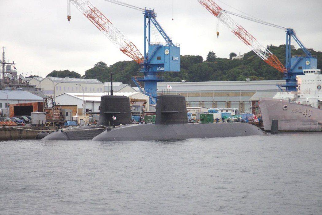 日本現役的蒼龍級(左)、親潮級(右)潛艦,2017年10月於橫須賀軍港。圖/聯合...