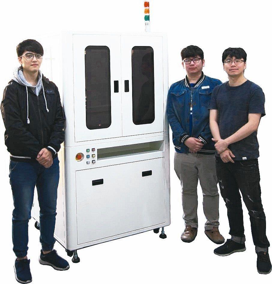 鼎宸科技總經理戴嘉輝(右一)展示「元件外觀檢查篩選機」。 業者/提供