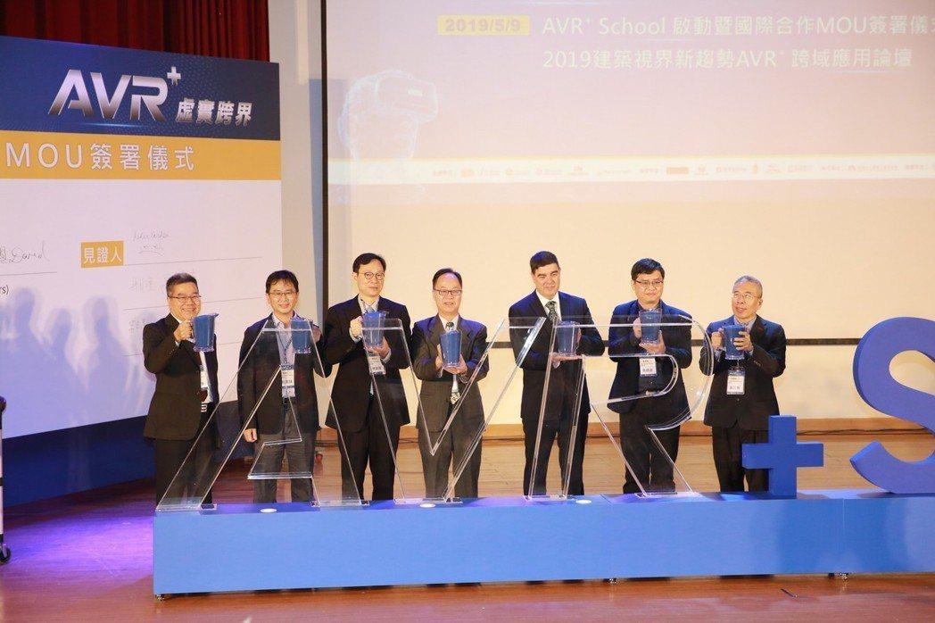 校長王學亮(左四)表示,他常提醒學生不論所學領域為何,都要正視世界改變速度比想像...