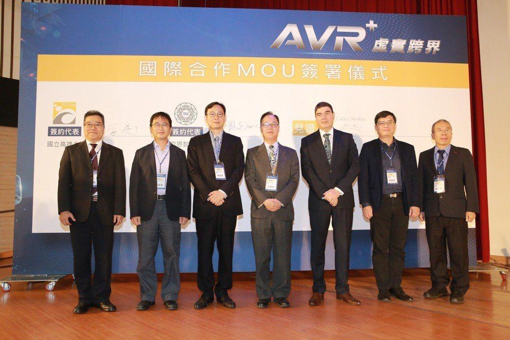 高雄大學校長王學亮(左4)、TXI Partners董事長林榮恩(左3)代表雙方...