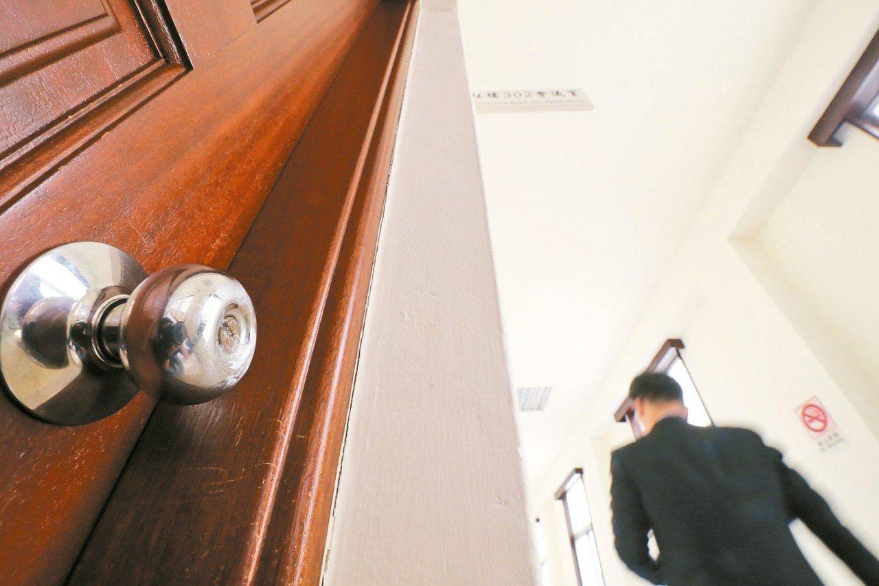 為防止民進黨變更會議室續審法案,藍營立委把無會議進行的302會議室鑰匙孔灌滿「三...
